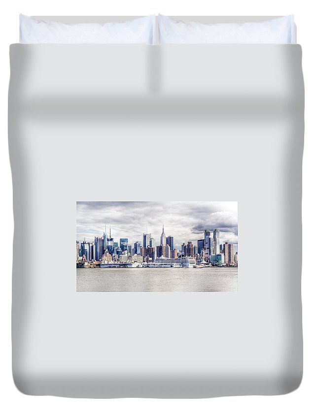 Nyc Duvet Cover featuring the photograph Nyc Skyline 2 by Rob Narwid
