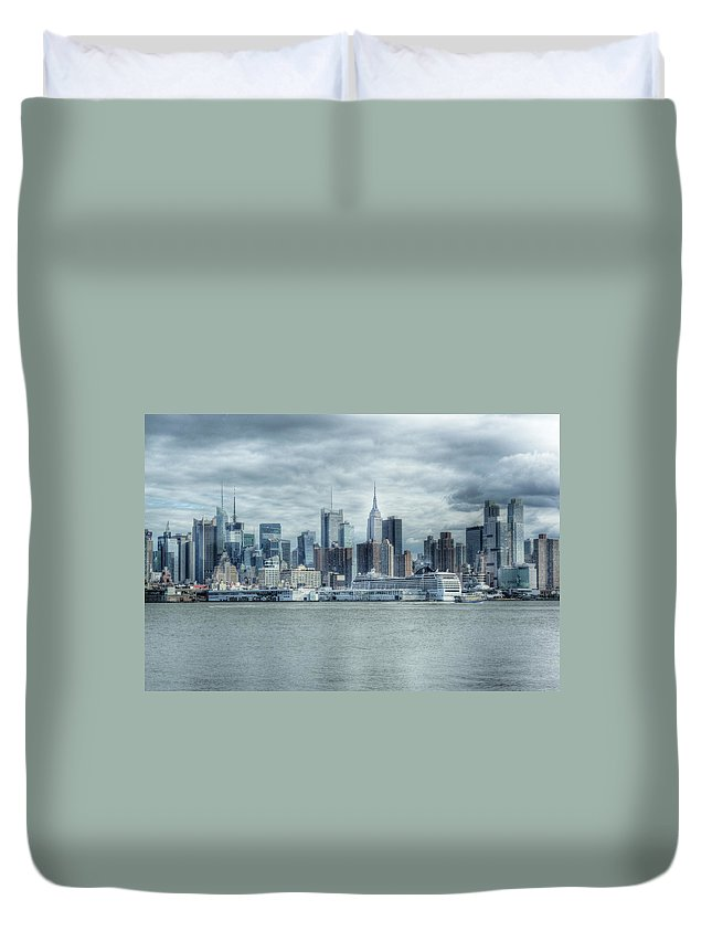 Cityscape Duvet Cover featuring the photograph Nyc Skyline by Rob Narwid