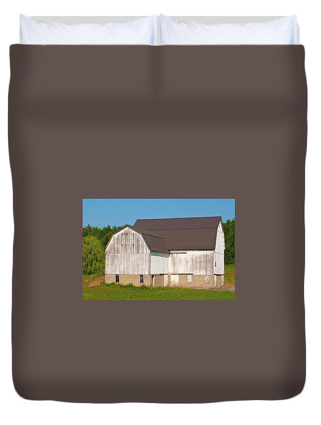 Barn Duvet Cover featuring the photograph Off Akron Road by Guy Whiteley