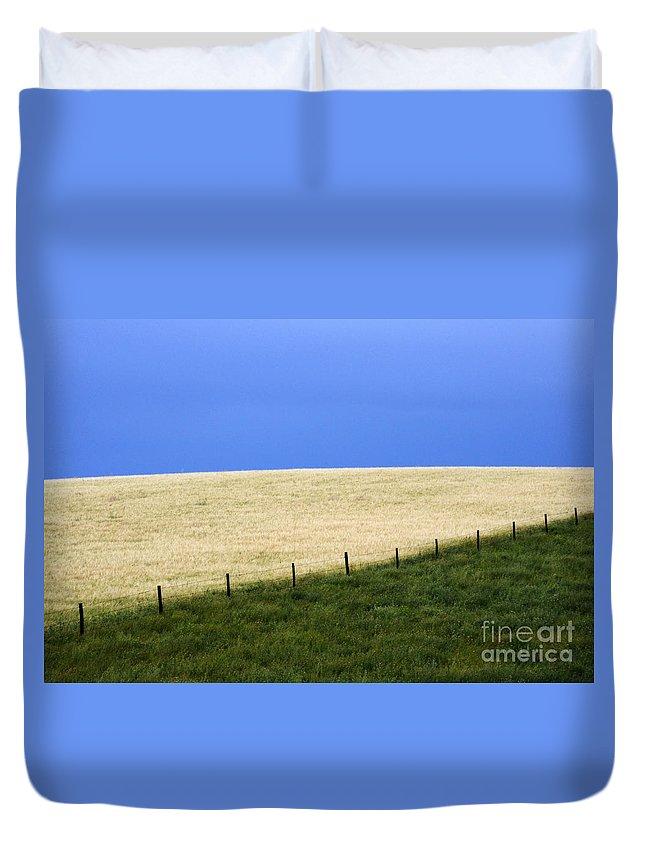 Farming Duvet Cover featuring the photograph Prairie Horizon by Bob Christopher