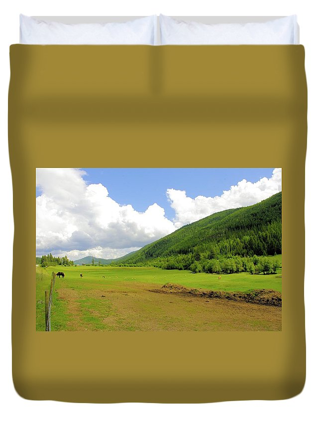 Ranching Duvet Cover featuring the photograph Ranching In The Boundary by John Greaves
