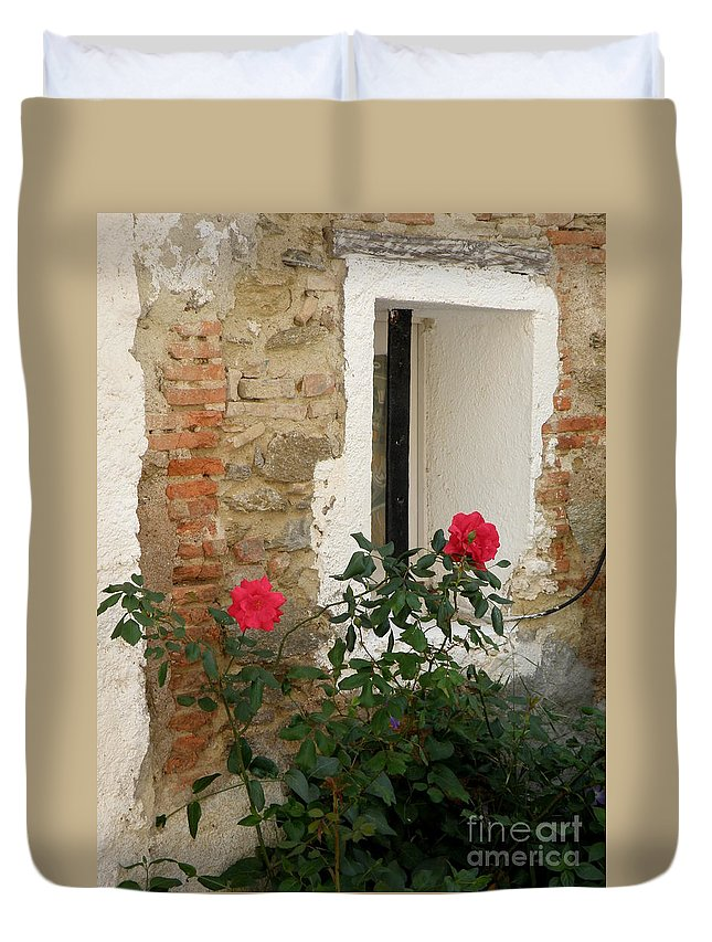 Red Duvet Cover featuring the photograph Roses And Antiquity by Lainie Wrightson