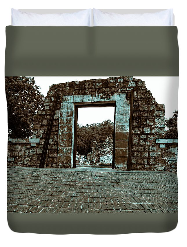 Ruins Duvet Cover featuring the photograph Ruins V2 by Douglas Barnard