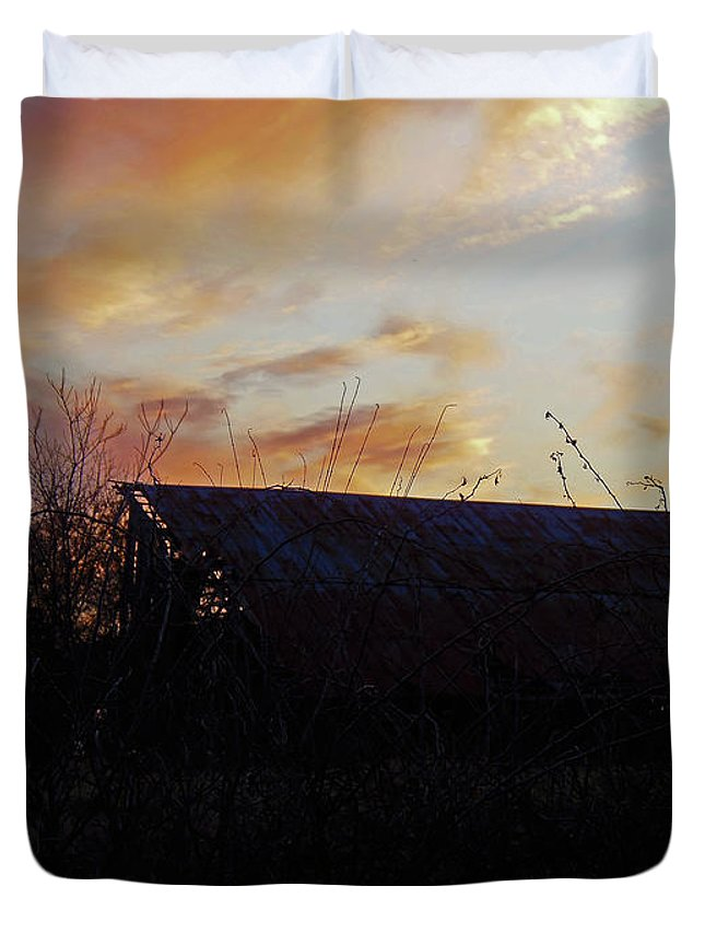 Barn Duvet Cover featuring the photograph Sunset Barn1 by Debbie Morris