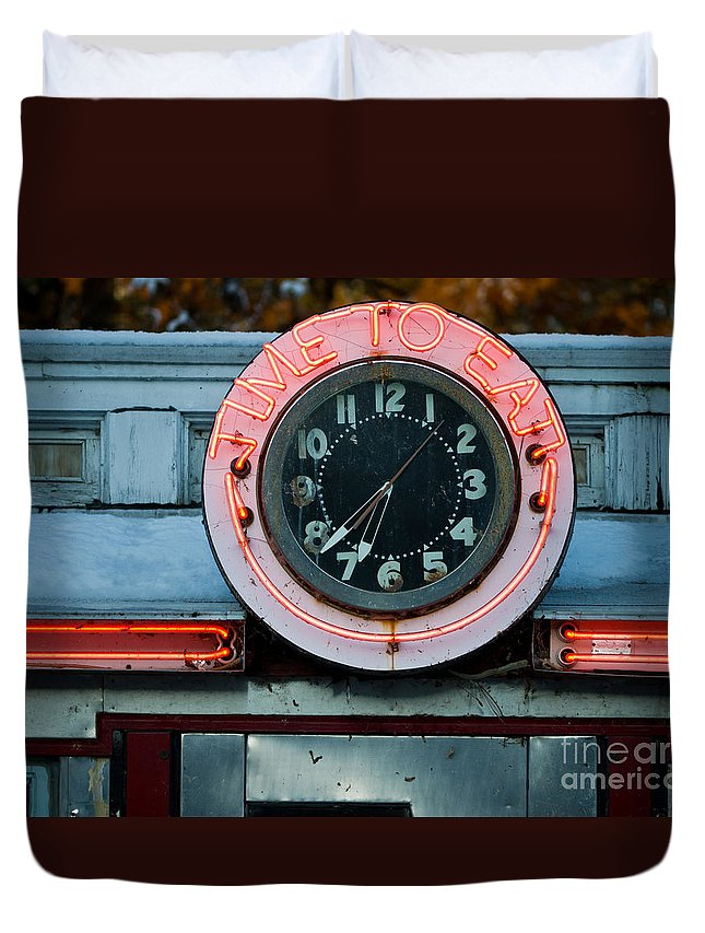 Diner Duvet Cover featuring the photograph Time To Eat by Edward Fielding