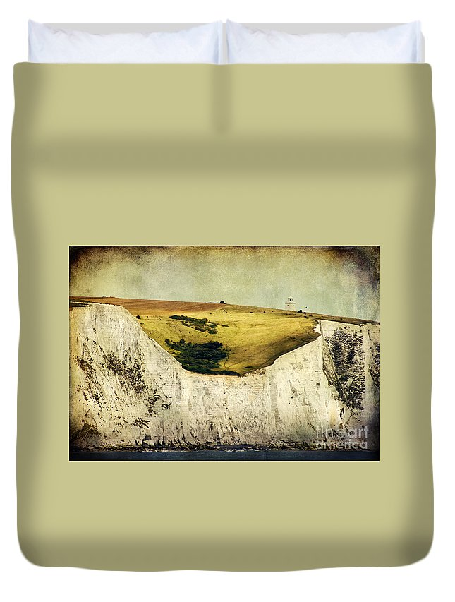 Uk Duvet Cover featuring the photograph White Cliffs Lighthouse by Joan McCool