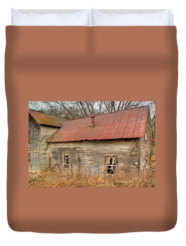 Farmhouse Duvet Cover featuring the photograph Abandoned Farmhouse In Kentucky by Douglas Barnett