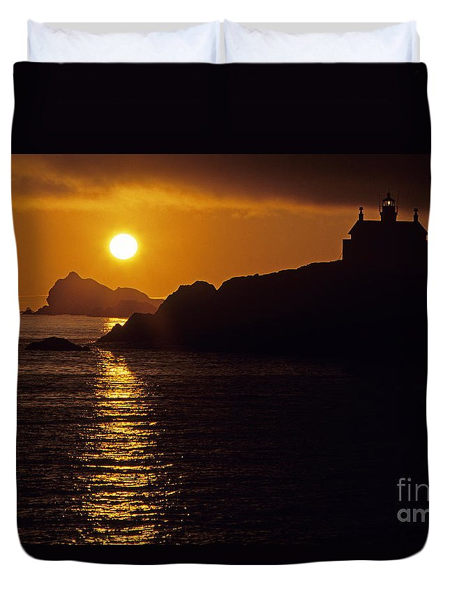Landscape Duvet Cover featuring the photograph Battery Point Lighthouse by Jim Corwin