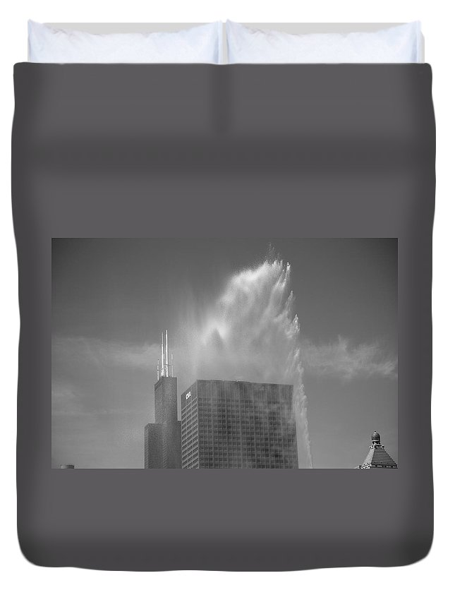America Duvet Cover featuring the photograph Chicago - Buckingham Fountain by Frank Romeo