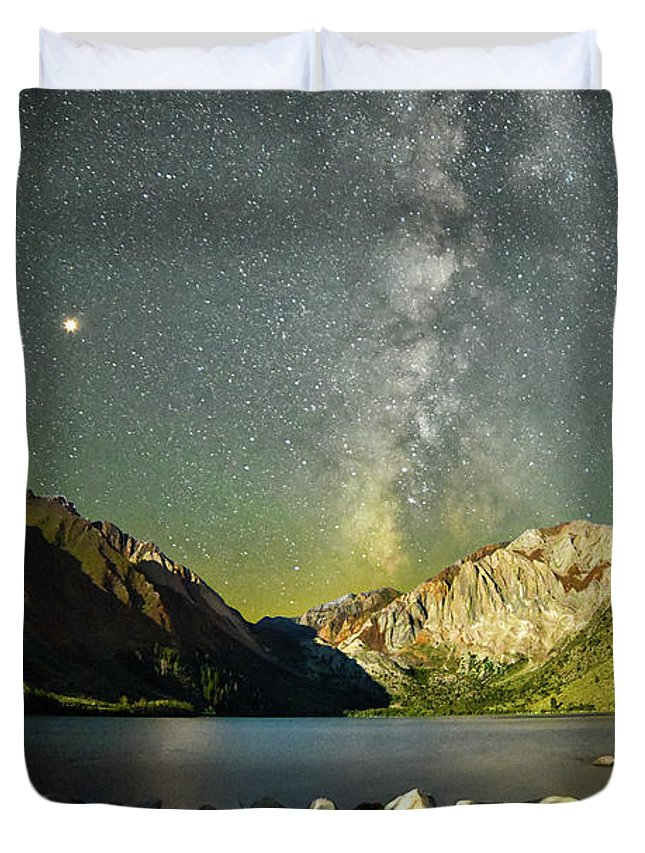 Mars Duvet Cover featuring the photograph Mars And The Milky Way by Surjanto Suradji