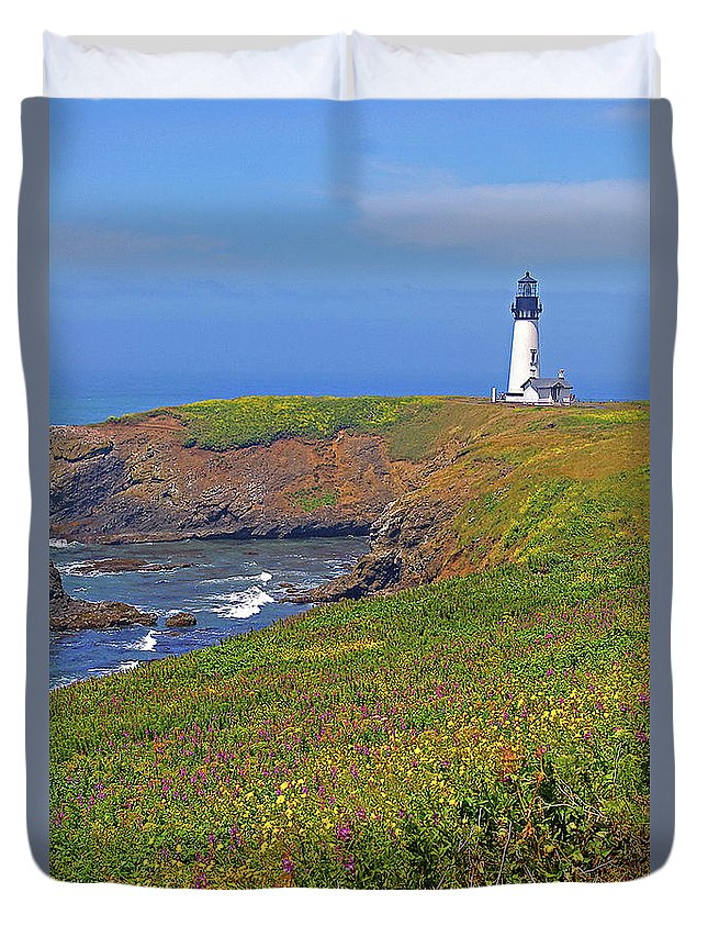 Oregon Duvet Cover featuring the photograph Yaquina Head Lighthouse by Rich Walter