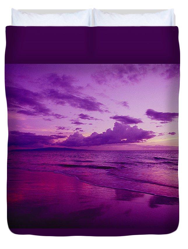 Amaze Duvet Cover featuring the photograph Maui Sunset by Ron Dahlquist - Printscapes