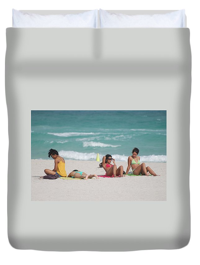 Sea Scape Duvet Cover featuring the photograph 3 Up 1 Down At The Beach by Rob Hans