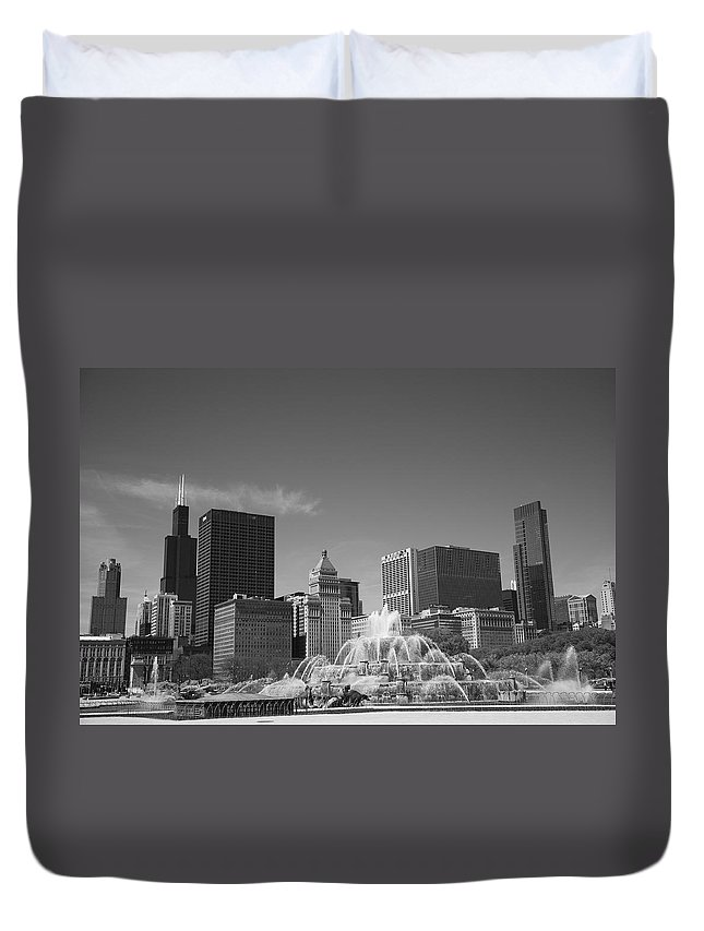 America Duvet Cover featuring the photograph Chicago Skyline And Buckingham Fountain by Frank Romeo