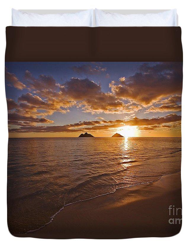 Beach Duvet Cover featuring the photograph Lanikai Sunrise by Tomas del Amo - Printscapes