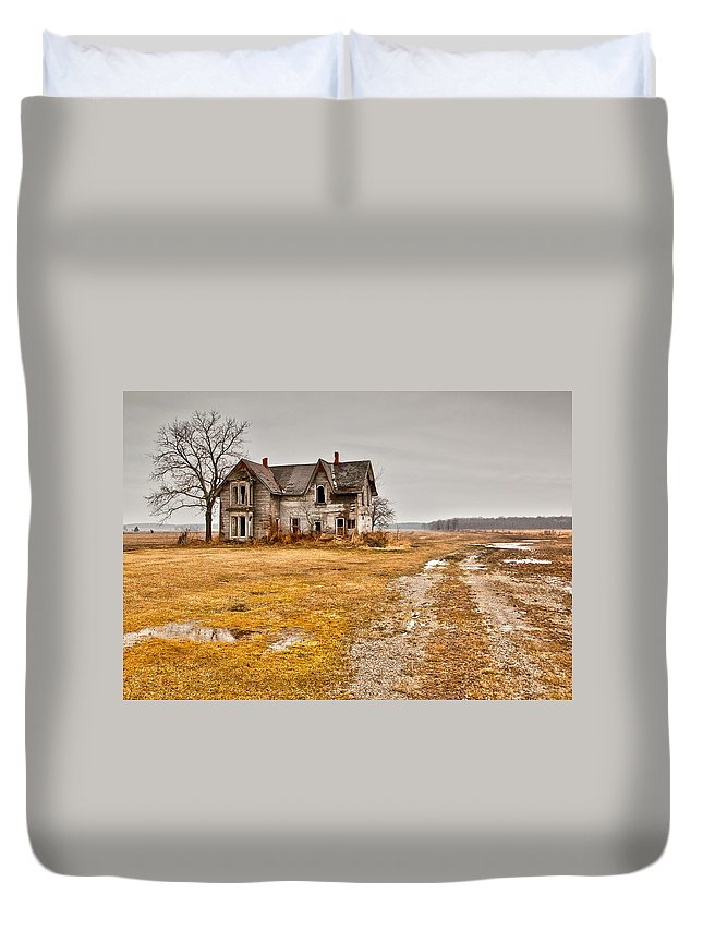 Abandoned Duvet Cover featuring the photograph Abandoned Farm House by Cale Best
