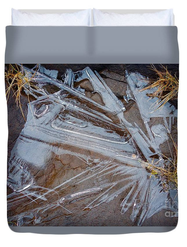 Lake Superior Duvet Cover featuring the photograph Abstract On The Rocks by Sandra Updyke