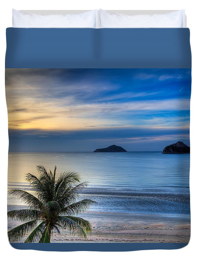 Sunrise Duvet Cover featuring the photograph Ao Manao Bay by Adrian Evans