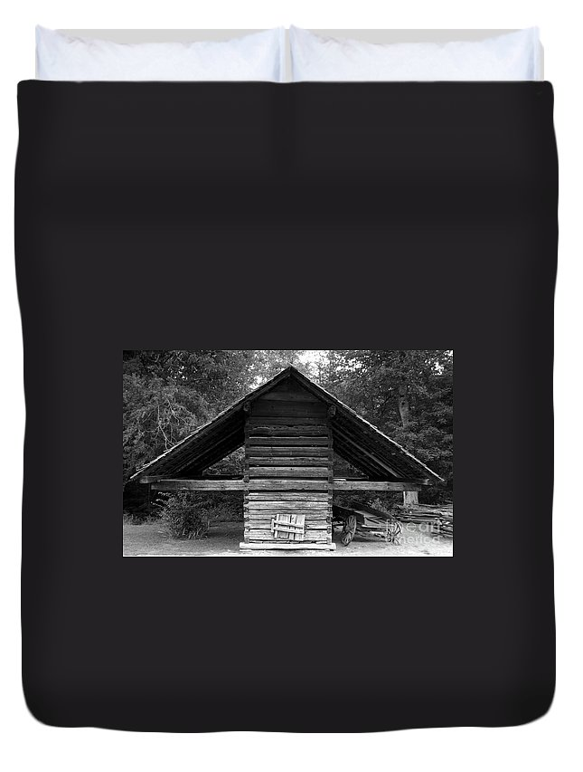 Barn Duvet Cover featuring the photograph Barn And Wagon by David Lee Thompson