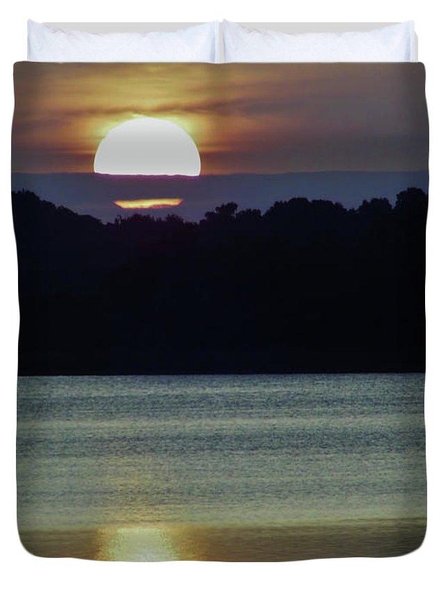 Sunrise Duvet Cover featuring the photograph Beautiful Sun by D Hackett