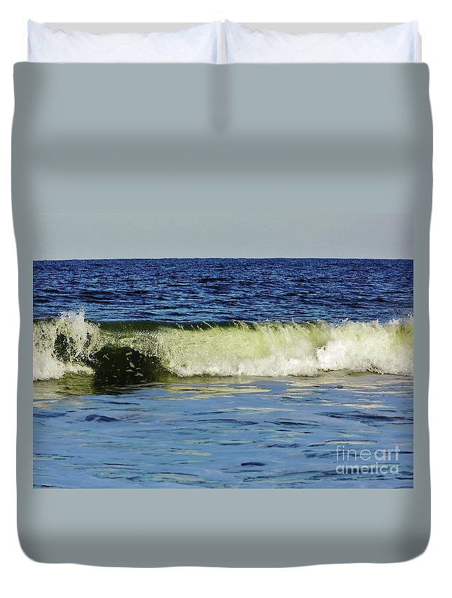 Vero Beach Duvet Cover featuring the photograph Beautiful Wave by D Hackett