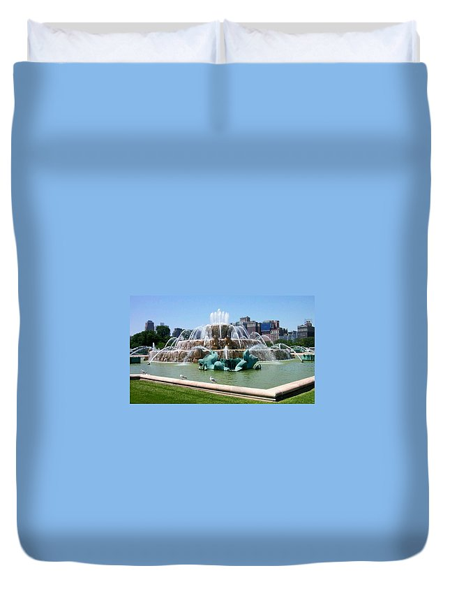 Chicago Duvet Cover featuring the photograph Buckingham Fountain by Anita Burgermeister