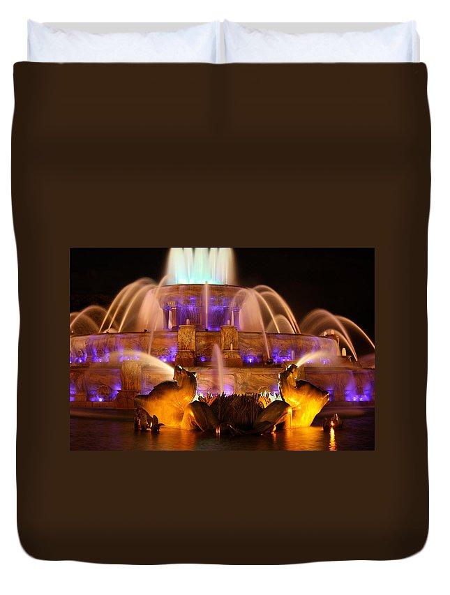 Buckingham Fountain Duvet Cover featuring the photograph Buckingham Fountain At Night by Laura Kinker