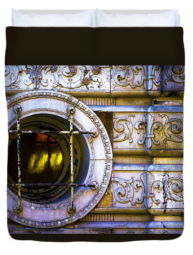 Duvet Cover featuring the photograph Cedar Hotel Round Window V3 by Raymond Kunst