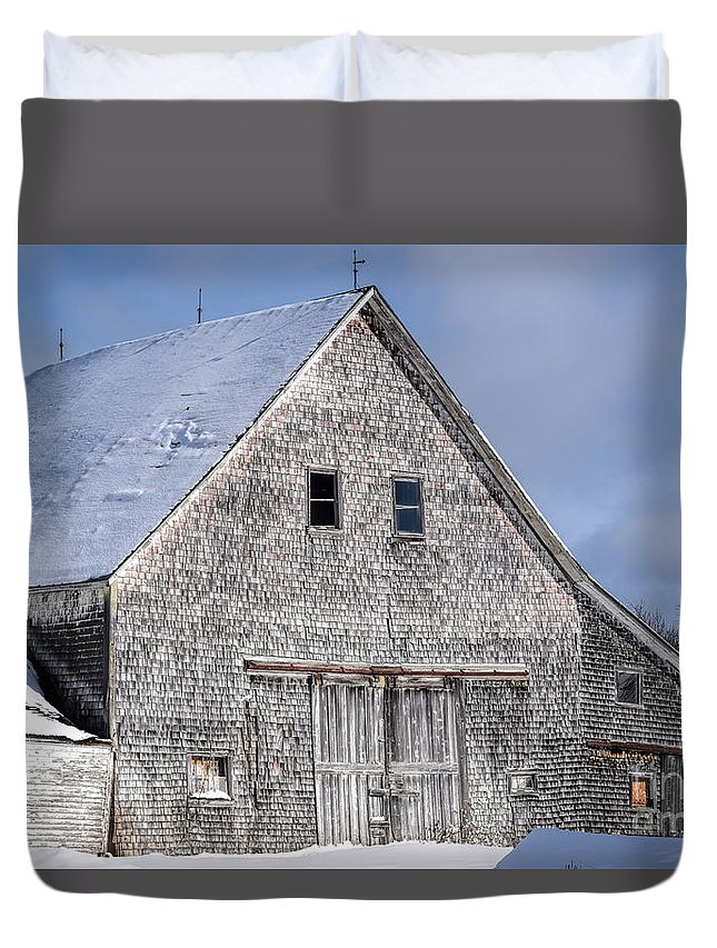 Old Barn Duvet Cover featuring the photograph Cedar Shake Barn by William Tasker