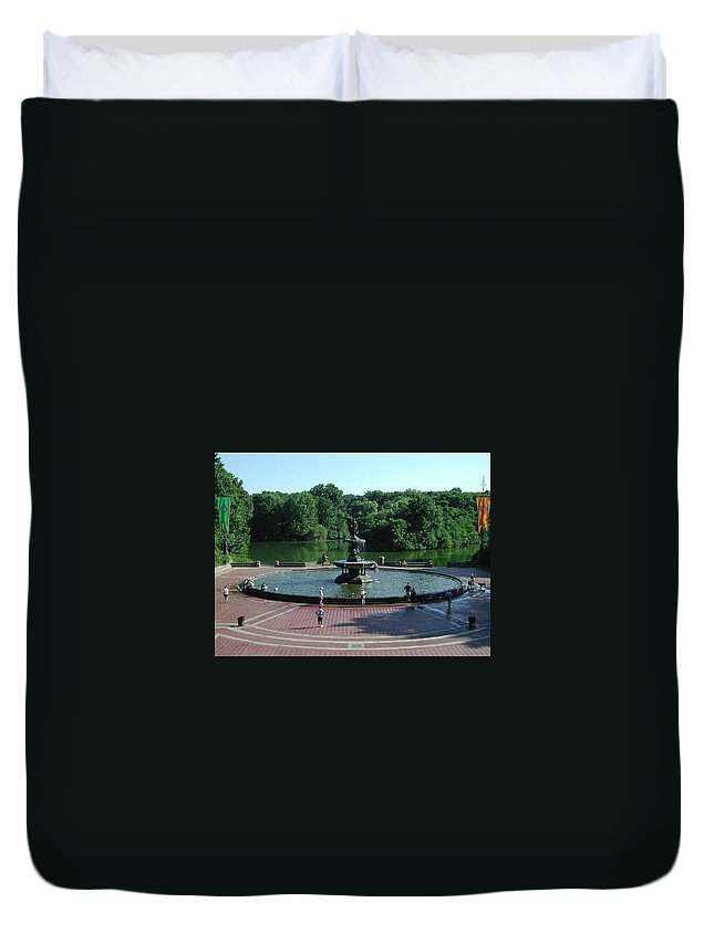 Central Park Duvet Cover featuring the photograph Central Fountain by Kelvin Booker