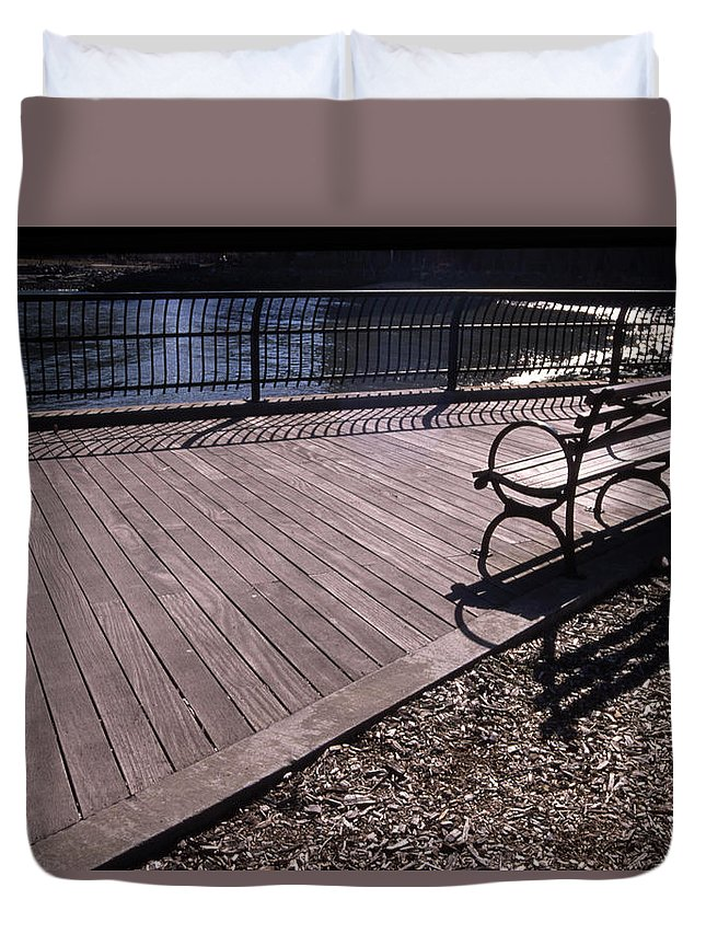 Manhattan Brooklyn Bridge Park Bench Duvet Cover featuring the photograph Cnrg0404 by Henry Butz