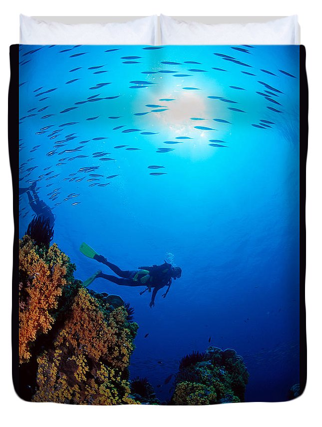 Bubble Duvet Cover featuring the photograph Diving Scene by Ed Robinson - Printscapes