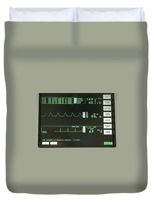 Ecg Duvet Cover featuring the photograph Ecg Monitor Screen. by Oscar Williams