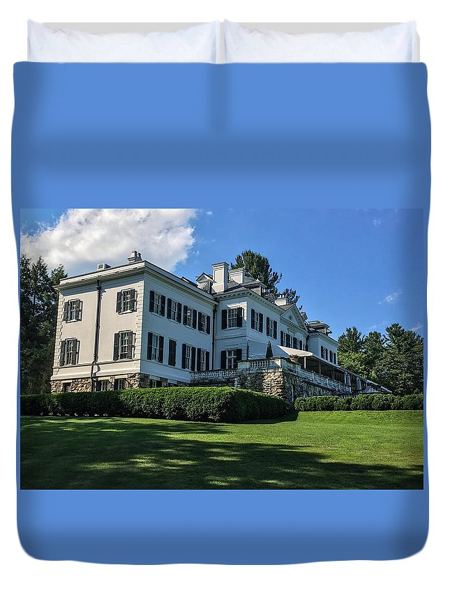 Edith Wharton Estate Historical Building Luxurylifestyle Mansion House Sky And Clouds Architecture Building Exterior Built Structure Cloud - Sky Day Grass Growth Landscape_photography Landscapes Nature No People Outdoors Plant Sky Sky And Trees Travel Destinations Tree Water Duvet Cover featuring the photograph Edith Wharton Estate by Mark Sellers