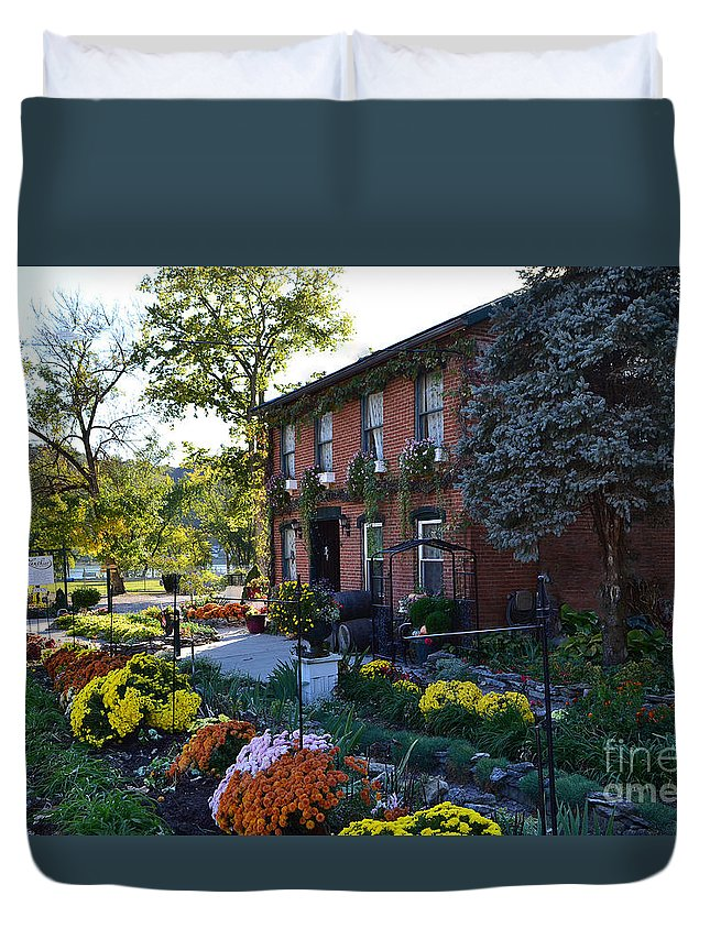 Lanier Winery Duvet Cover featuring the photograph Fall At Lanier Winery In Madison by Amy Lucid