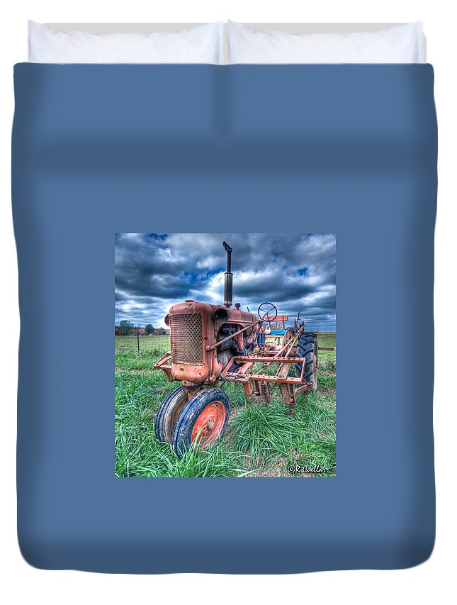 Old Tractor Duvet Cover featuring the photograph Farmall Red by Rod Cuellar