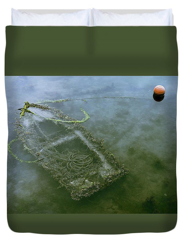 Barca Duvet Cover featuring the photograph Flota Hundida by Francisco Sogel
