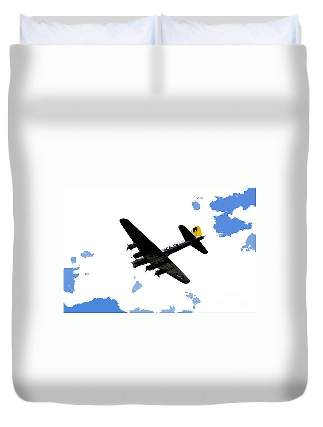 B 17 Duvet Cover featuring the photograph Flying For Home by David Lee Thompson