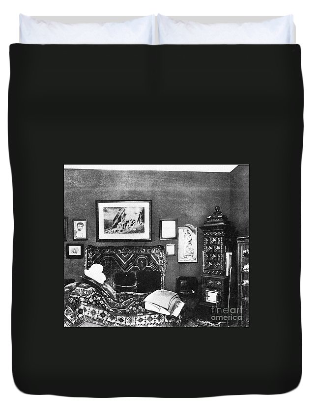 Science Duvet Cover featuring the photograph Freuds Consulting Room by Science Source