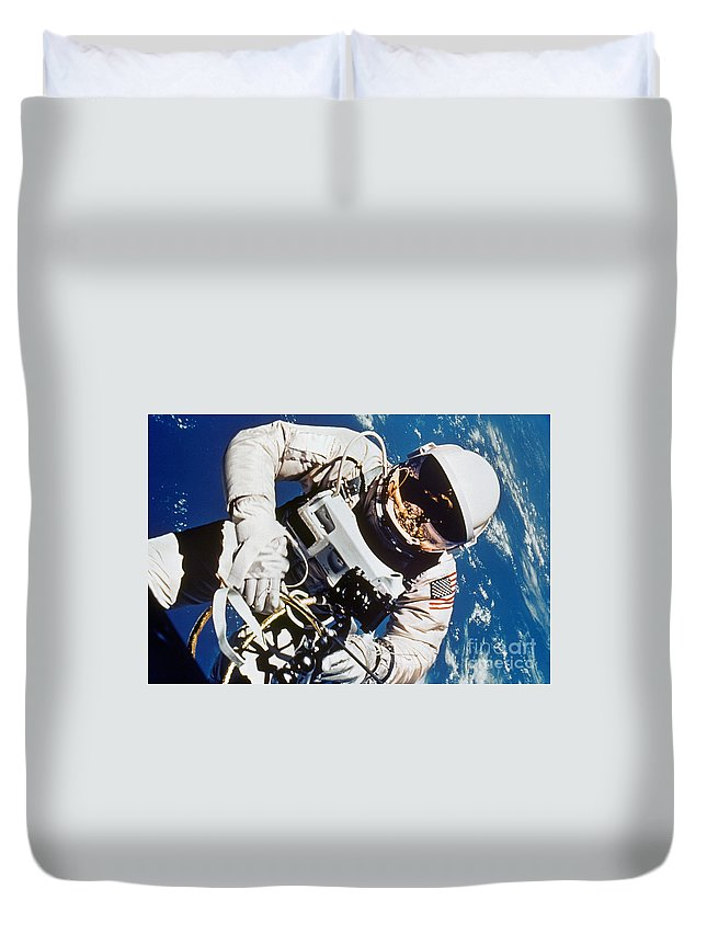 1965 Duvet Cover featuring the photograph Gemini 4: Spacewalk, 1965 by Granger