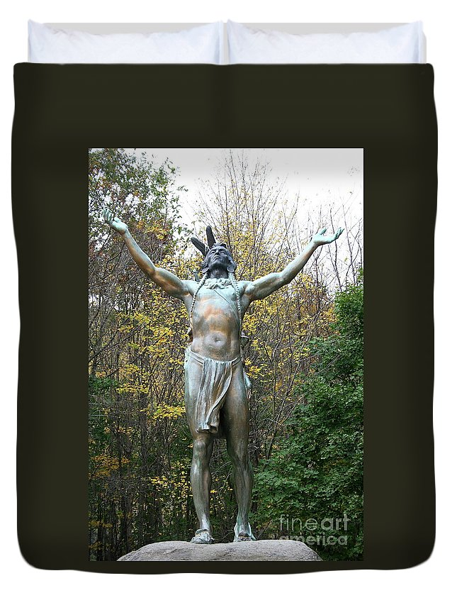 Nativ American Sculpture Duvet Cover featuring the photograph Hail To The Sunrise by Christiane Schulze Art And Photography