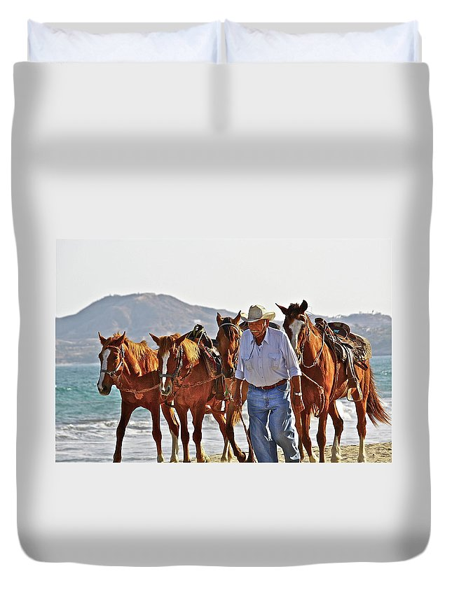 Animals Duvet Cover featuring the photograph Hardworking Man by Diana Hatcher