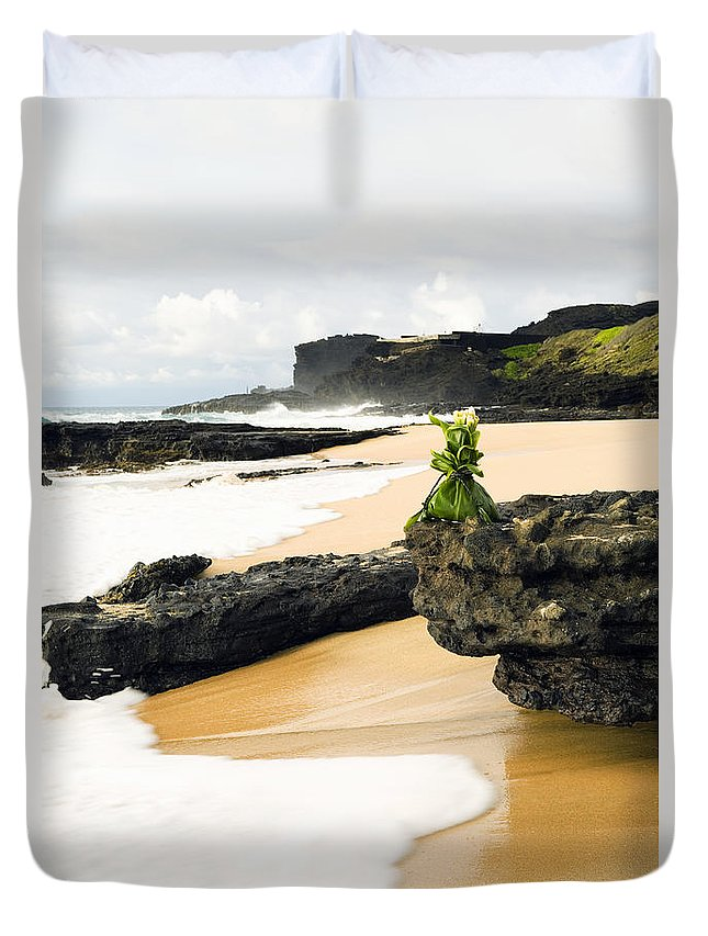 Arrange Duvet Cover featuring the photograph Hawaiian Offering On Beach by Dana Edmunds - Printscapes