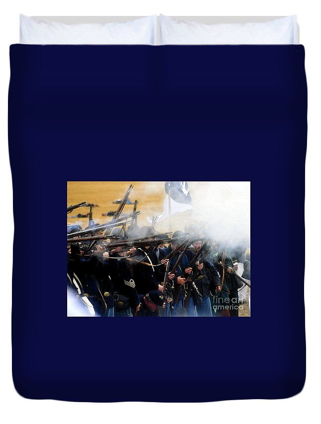 Gettysburg Duvet Cover featuring the painting Holding The Line At Gettysburg by David Lee Thompson