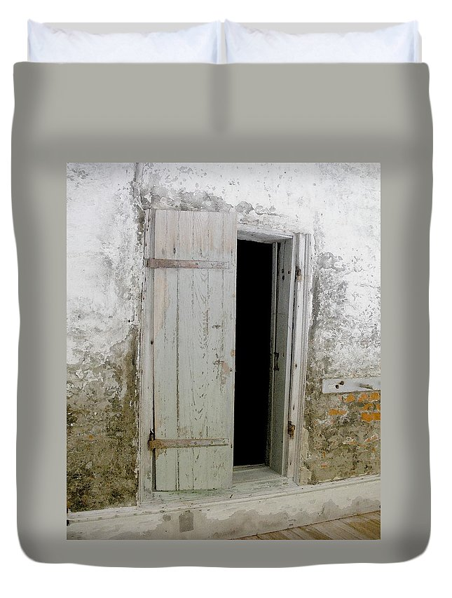 Door Duvet Cover featuring the photograph Homeplace Doorway by Nelson Strong