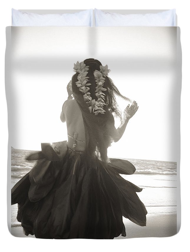 Art Medium Duvet Cover featuring the photograph Hula Girl by Tomas del Amo - Printscapes