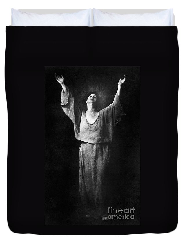 1917 Duvet Cover featuring the photograph Isadora Duncan (1877-1927) by Granger