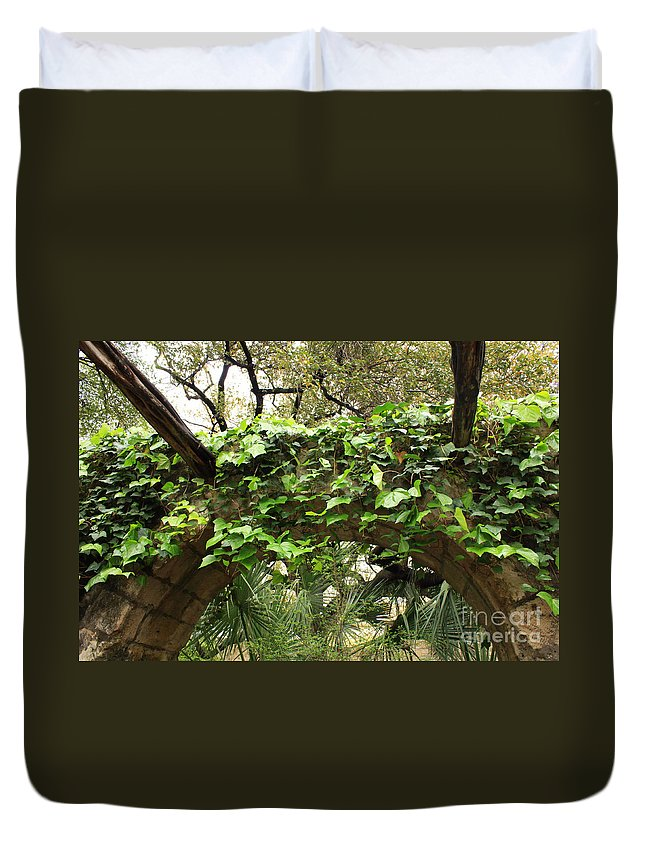 Ivy-covered Duvet Cover featuring the photograph Ivy-covered Arch At The Alamo by Carol Groenen