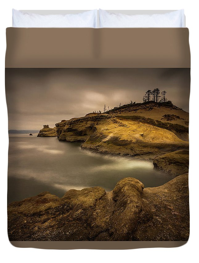 Cliff Duvet Cover featuring the photograph Kiwanda Showin Off by Calazone's Flics