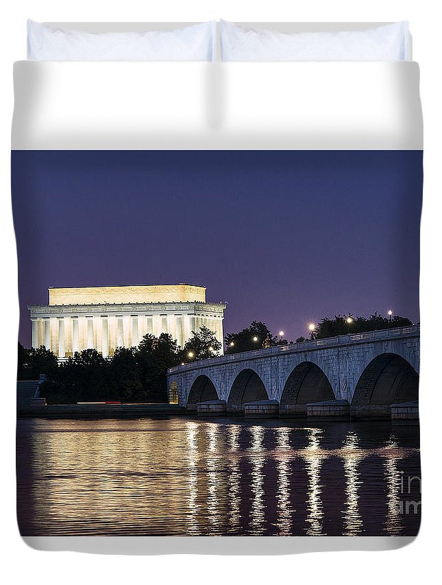 America Duvet Cover featuring the photograph Lincoln Memorial by John Greim